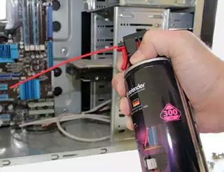 Процесс чистки компьютера с помощью баллончика с сжатым воздухом
