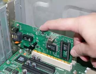 Процесс установки сетевой карты в слот PCI на материнской плате