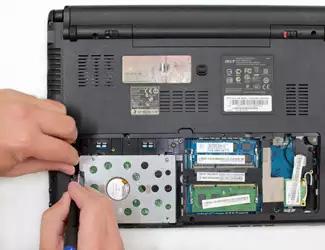 Процесс извлечения жесткого диска из ноутбука
