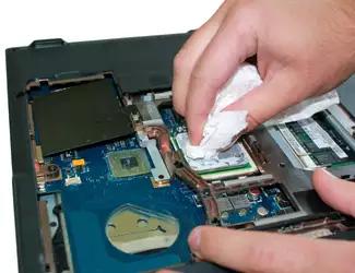 Вытирание засохшей термопасты на процессоре