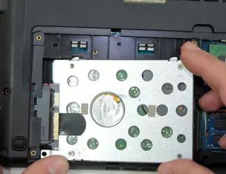 Процесс установки жесткого диска в корпус ноутбука